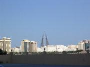 Бахрейн и новостроящия се символ на града.